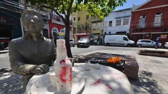 Estátua de Reginaldo Rossi é pichada menos de 20 dias depois de inauguração