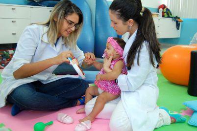 Bebê-com-microcefalia-em-tratamento-no-MensSana-2-scaled.jpg