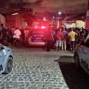 Em Caruaru, homem e mulher morrem após troca de tiros com a polícia e dois jovens são executados a tiros