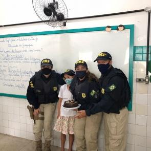 Menina comemora aniversário de 9 anos com a PRF no Cabo de Santo Agostinho